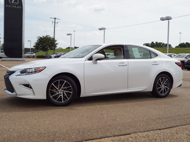 Pre-Owned 2017 Lexus ES Front Wheel Drive Sedan 4 Dr.